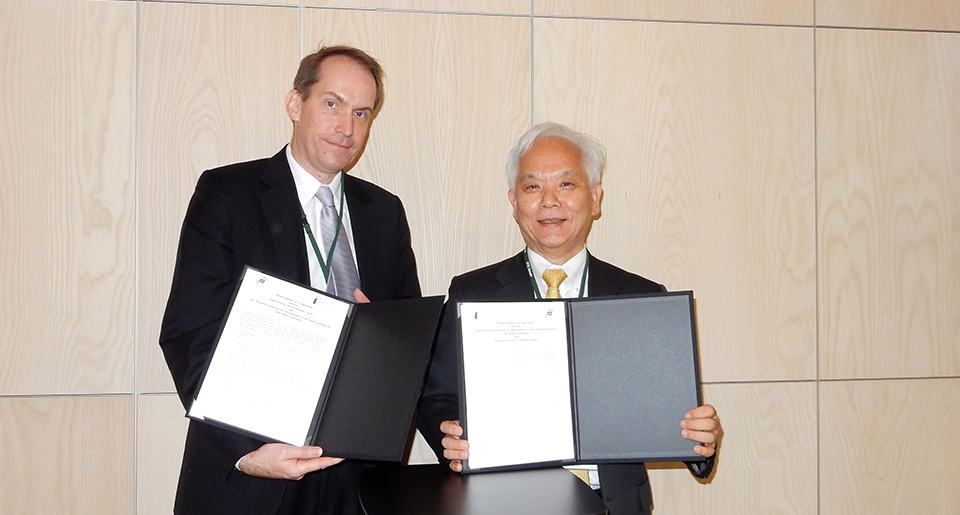 STINT's Executive Director Dr Andreas Göthenberg and JST's President Dr Michinari Hamaguchi. Photo: JST.